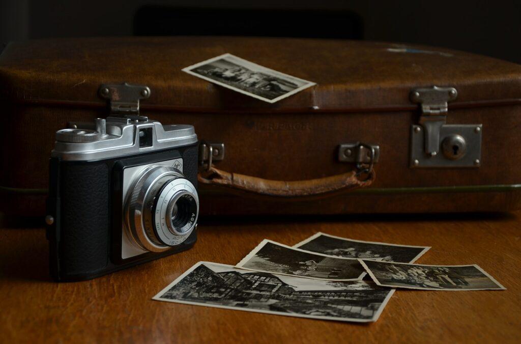camera, luggage, polaroid photos-514992.jpg