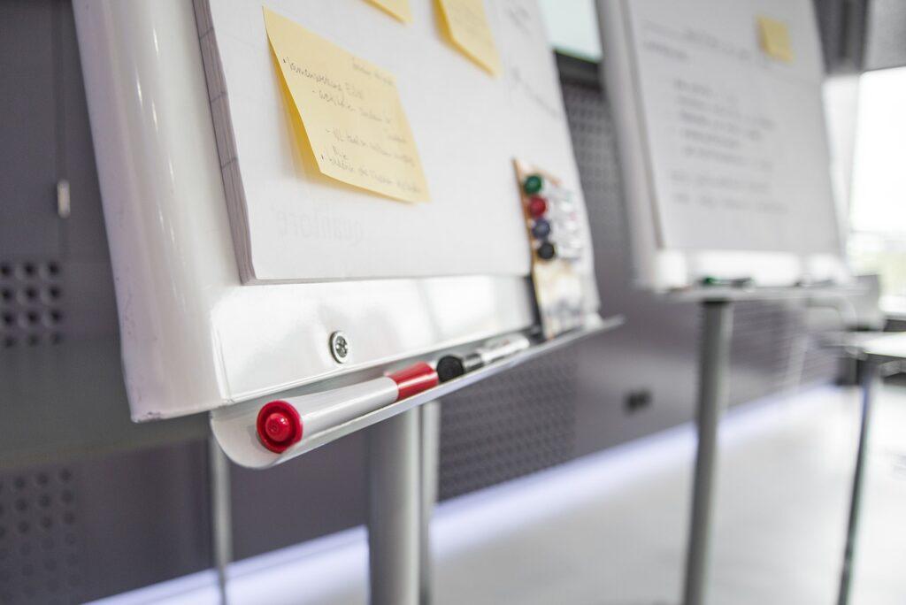 workshop, pens, post-it note-2209239.jpg
